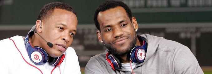 Der erste Milliardär der Hip-Hop-Szene? Dr. Dre (l.) könnte mit seinen Kopfhörern Musikgeschichte schreiben.
