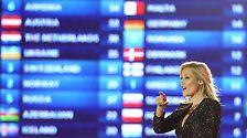 """Schlagerstar Helene Fischer verkündete die deutschen Punkte von Hamburg aus - die Höchstwertung """"twelve points"""" ging an die Niederlande."""
