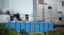 Große Löcher klaffen in der Fassade: Die äußeren Schäden am Kraftwerk erlauben Rückschlüsse auf die Wucht der Dampfdruckexplosion.