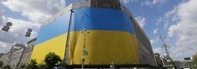Banker warnen Krisenparteien: Wirtschaft in Ukraine bricht drastisch ein