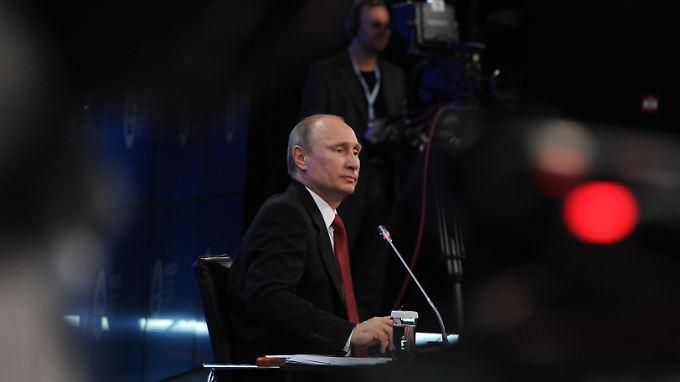 Putin steht auf dem Wirtschaftsforum in St. Petersburg Rede und Antwort.