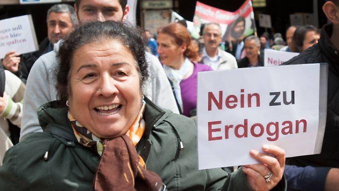 Nach Veranstalterangaben haben mehr als 60.000 Menschen gegen Erdogan in Köln demonstriert.