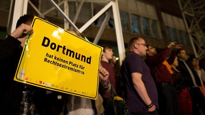 Nach dem Angriff am Rathaus. Dortmund hat eine kleine, aber aktive Neonazi-Szene - bei der Wahl erreichten sie rund ein Prozent der Stimmen und sind damit im Stadtrat vertreten.