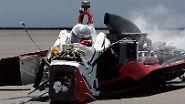 In Indianapolis sitzt Chase Austin in den Überresten seines Autos. Bei dem spektakulären Unfall bricht sich der Rennfahrer das Handgelenk.