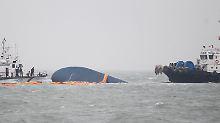 """Die gekenterte """"Sewol""""-Fähre sinkt vor der Südwestküste Südkoreas."""