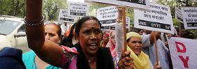 Mädchen vergewaltigt und erhängt: Inderinnen fordern Gerechtigkeit