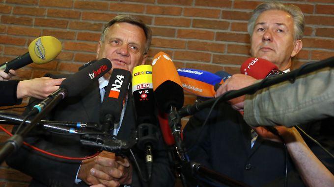 Flughafenchef Mehdorn (l) und Aufsichtsratschef Wowereit (r) müssen sich vielen Mikrofonen und noch mehr Fragen stellen.
