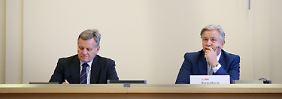 BER-Geschäftsführer Mehdorn (l) und Berlins Regierender Bürgermeister Klaus Wowereit (SPD) beantworten in der Sitzung des Hauptausschusses des Berliner Abgeordnetenhauses Fragen.