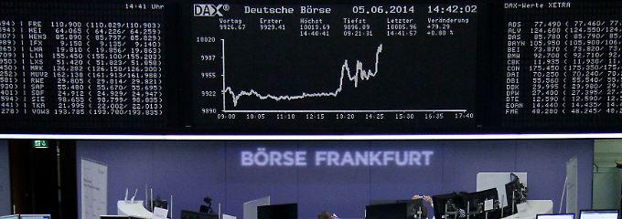 Am Nachmittag gelingt der Sprung: Der deutsche Leitindex Dax spitzt kurz über die Marke bei 10.000 Punkten.
