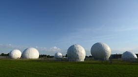 Die Abhörstation in Bad Aibling wurde bis 2004 von der NSA genutzt. Danach übernahm der BND - und liefert die dort gewonnenen Erkenntnisse in die Mangfall-Kaserne nebenan, in der NSA-Mitarbeiter sitzen.