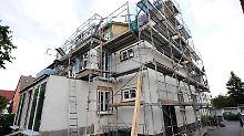 Häuser aus den 50er und 60er Jahren können ein Schatz sein - oder einReinfall. Interessenten müssen sich den Sanierungsbedarf genau anschauen.