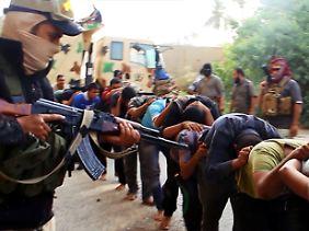 Ohne Gnade: Im Internet veröffentlichen Isis-Kämpfer Videos von gefangenen Regierungssoldaten, die unmittelbar nach diesen Aufnahmen erschossen worden sein sollen.