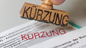 Das Sozialgericht Gießen entschied, dass einer alleinerziehenden Mutter der Hartz-IV-Satz nicht gekürzt werden durfte, auch wenn der Vater des Kindes im selben Haushalt lebte. Foto: Andreas Gebert