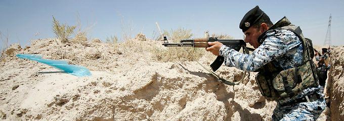 Zerreißprobe für den Irak: Ein Mitglied der staatlich irakischen Sicherheitskräfte hält Ausschau nach Isis-Kämpfern.