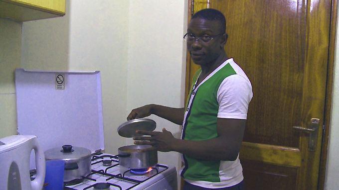Lusimbo in seiner Küche. Das Haus traut er sich nicht mehr zu verlassen.
