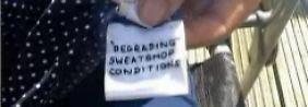 Wer hat die Botschaft in die Kleider genäht?