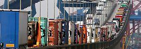 Mit Containern beladene Lastwagen stauen sich auf der Köhlbrandbrücke im Hafen von Hamburg.