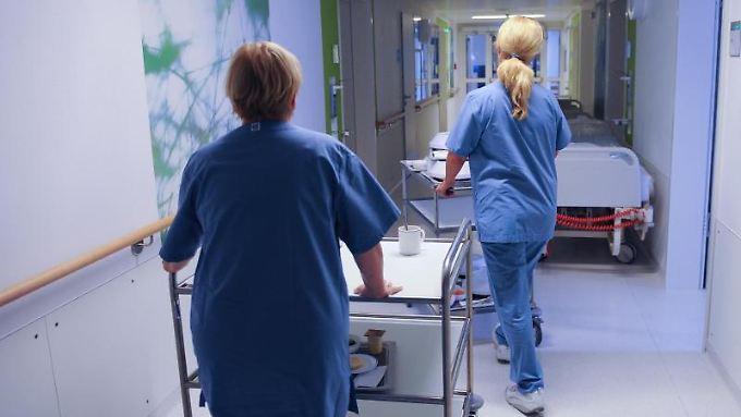 Pflegekräfte werden dringend gesucht. Doch auf ihr Einkommen schlägt diese Situation nicht durch.