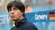 Zu Spielbeginn hält es Joachim Löw  noch auf der trockenen Trainerbank, doch ...