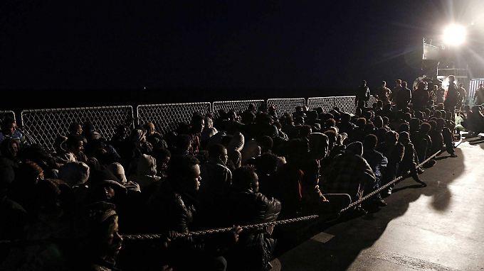 Auf winzigen Booten wagen die Menschen die Überfahrt.