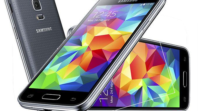 Das Galaxy S5 mini ist dem großen Vorbild sehr ähnlich.