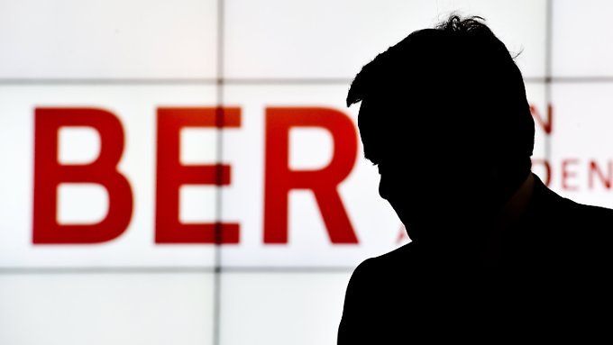 Hartmut Mehdorn im Schatten: Der BER-Ärger nimmt kein Ende.