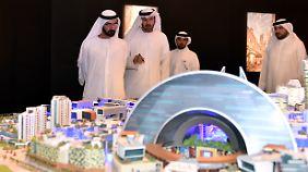 Nettes, neues Mega-Projekt: Scheich Mohammed bin Rashid Al Maktoum (l.) lässt sich das neue Einkaufszentrum von Mohammed Abdullah Al Gergawi (2. v. l.), Chef der Dubai-Holding, erklären.