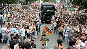 Viele sind heute auf der Straße und gucken der Parade zu.