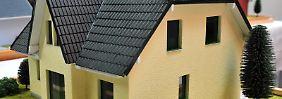 Traum vom Eigenheim geplatzt: Wer vorzeitig aus einem Immobilienkredit aussteigen muss, zahlt oft hohe Extragebühren.
