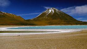 """Der inaktive Vulkan Licancabur (""""Berg des Volkes"""") überragt die Atacamawüste. Er liegt an der Grenze zwischen Bolivien und Chile an der Laguna Verde."""