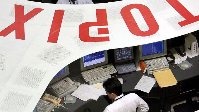 Während die Kurse an den meisten Asien-Börsen klettern, fallen sie in Tokio noch.