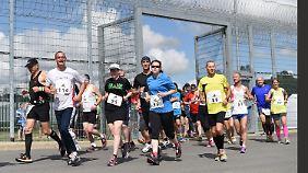 Gefangene und Läufer aus externen Vereinen kurz nach dem Start zum Marathon in der JVA Rosdorf.