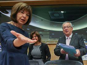 Juncker wird von Rebecca Harms genauso freundlich empfangen ...