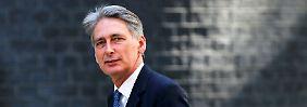 Philip Hammond verlässt die Downing Street als neuer Außenminister.