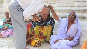 Die Transsexuelle Sonal segnet in Becharaji einen gläubigen Hindu.