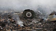 Bilder von der Unglücksstelle zeigen, dass das Flugzeug in viele Einzelteile gerissen wurde.