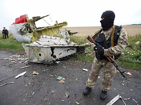 Ein Separatist vor den Trümmern von MH17.