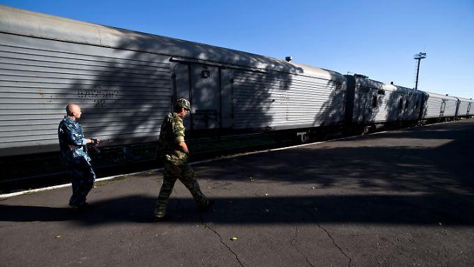 Prorussische Rebellen verhindern bislang die Abfahrt des Kühlzugs in Richtung Kiew.