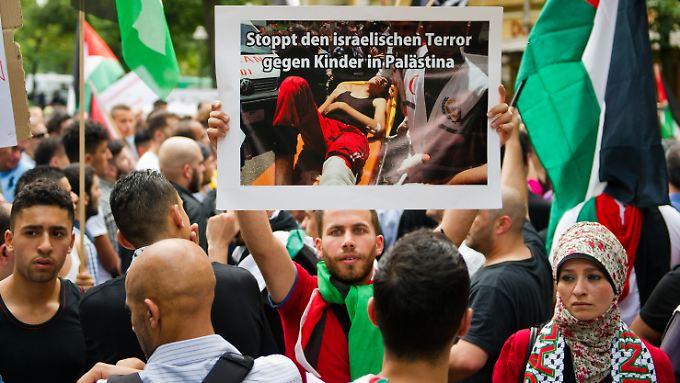 In Berlin gehen etliche Menschen gegen Israels Politik auf die Straße. Viele friedlich. Doch nicht alle.