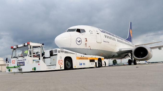 Es ist Ferienzeit, viele Menschen fliegen in Urlaub. Die Flüge nach Tel Aviv werden jedoch vorerst gestrichen.