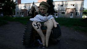 Eine Puppe in Slawjansk stellt die ehemalige Premierministerin Timoschenko als Nazi dar.