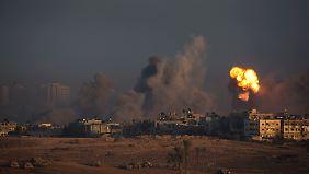 Das Bild zeigt einen israelischen Angriff im nördlichen Gazastreifen vor Beginn der Feuerpause.