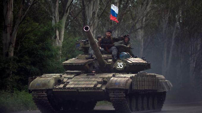 Dieser Panzer der Separatisten ist etwas neuer als das Museumsstück - auf ihm weht eine russische Fahne.