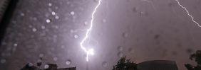 Zieht ein starkes Gewitter auf, sollten alle Fenster, Roll- und Fensterläden geschlossen werden.
