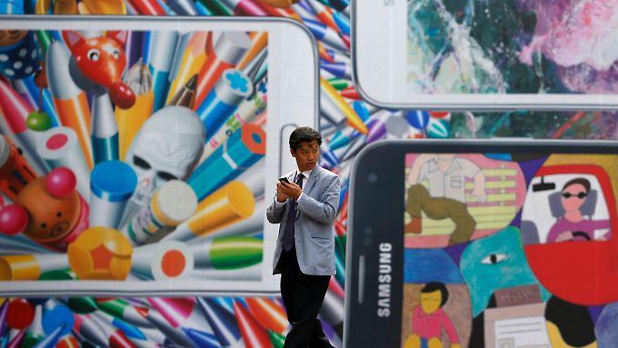 Viele Kunden kaufen ihre Smartphones bei billigeren Anbietern. Das bekommt Samsung zu spüren.