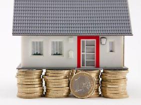 Die Finanzierung für das eigene Heim muss auf einem soliden Fundament stehen. Noch sind die Zinsen niedrig. Aber in Zukunft werden sie vermutlich steigen.