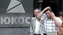 Passanten vor der Yukos-Zentrale in Moskau (Archivbild aus dem Jahr 2004).