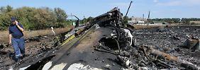 Im Wrack von MH17 liegen immer noch Leichen.