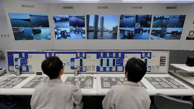 Hochindustrialisiertes Land: In Tokio überwachen Miterarbeiter der Stadtverwaltung den Gezeitenpegel im Hafen der Metropole.