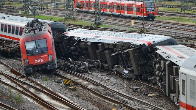 Glück im Unglück: Der Güterzug drosselte seine Geschwindigkeit bei der Einfahrt in den Bahnhof.